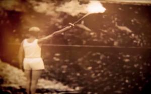 Το βίντεο περιέχει ένα κλιπ από την λαμπαδηδρομία των Ολυμπιακών Αγώνων του Βερολίνου το 1936