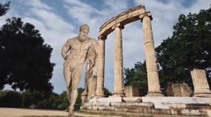 Πόσο φτηνός μπορεί να γίνει κανείς; Άγαλμα του θεού Ηρακλή που έχει επιπροστεθεί πάνω σε ένα σκηνικό από την Ολυμπία